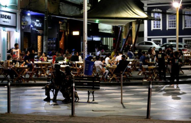 Além da ampliação do horário de funcionamento dos estabelecimentos, a venda de bebidas alcóolicas nos finais de semana também foi liberada na capital baiana - Foto: Adilton Venegeroles | Ag. A TARDE