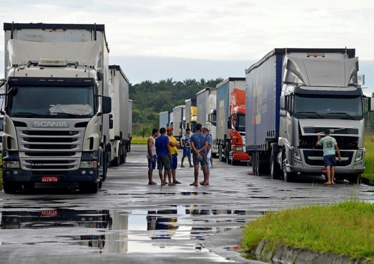 Cerca de 90 caminhoneiros esperam acordo entre transportadoras e Ford para que mercadorias possam ser descarregadas - Foto: Foto: Shirley Stolze   Ag. A TARDE