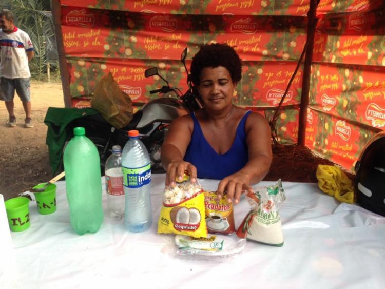 Lu, uma das moradoras da invasão, arruma o café em um dos barracos montados | Foto: Olga Leiria | Ag. A TARDE
