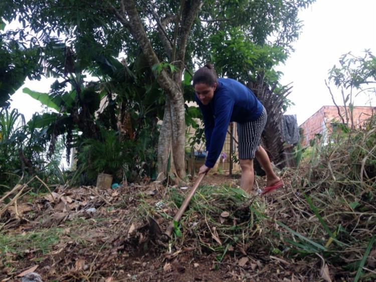 Letícia, uma das moradoras, limpa o terreno para montar barracas | Foto: Olga Leiria | Ag. A TARDE