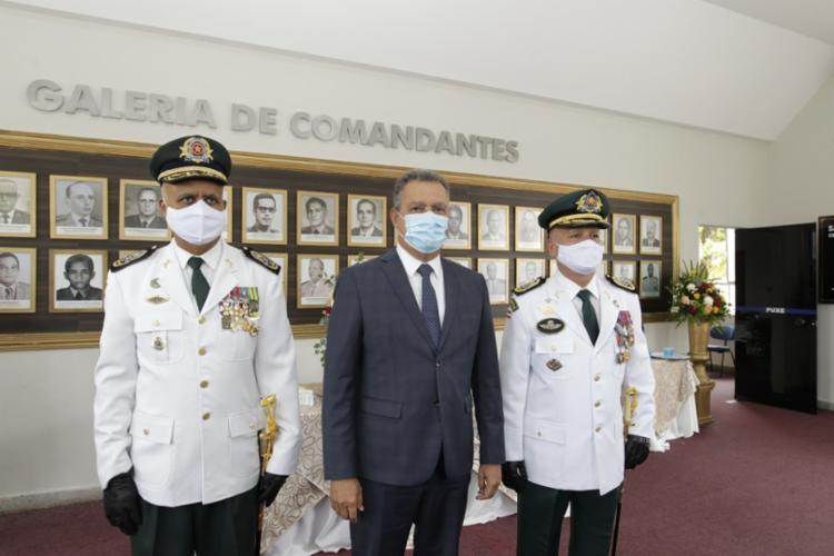 Paulo Coutinho posa ao lado do Governador Rui Costa e do ex-comandante da PM, o coronel Anselmo Brandão - Foto: Fernando Vivas/ GOVBA