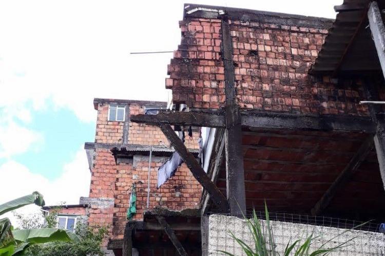 Sedur inicia demolição total de imóvel que desabou na rua Alto do Cabrito, na manhã desta quarta-feira, 13 | Foto: Divulgação | Secom - Foto: Divulgação | Secom