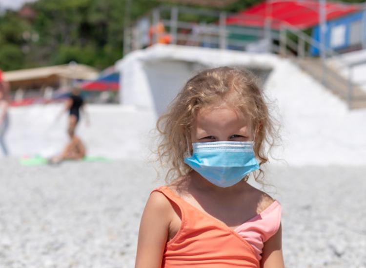 Médica defende que crianças podem frequentar praias, desde que tomem os cuidados necessários - Foto: Freepik