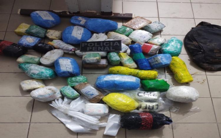 Além de drogas e celulares, também foram apreendidos cigarros, chips para celular e isqueiros I Foto: SEAP - Foto: SEAP