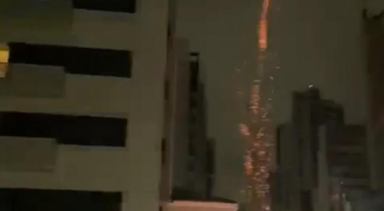 Fogos foram colocados na frente do hotel em que a delegação tricolor se hospedou   Foto: Reprodução - Foto: Reprodução