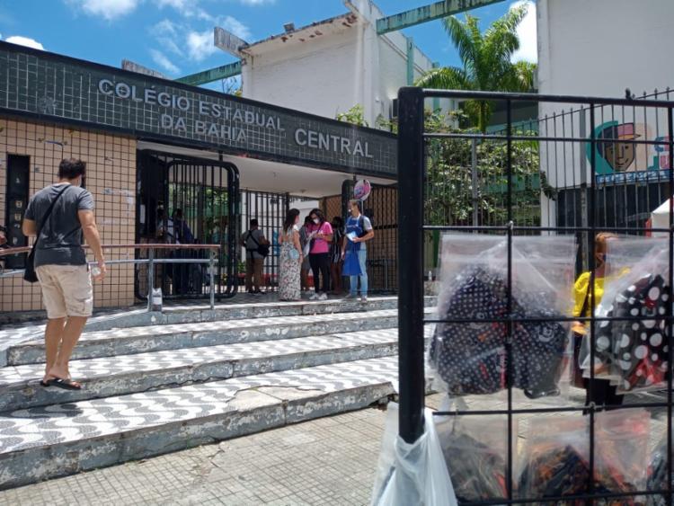 Um dos pontos de maior concentração de estudantes em edições passadas, Colégio Central apresentou baixíssimo movimento em seus portões - Foto: Foto: Rafael Martins/ Ag ATARDE