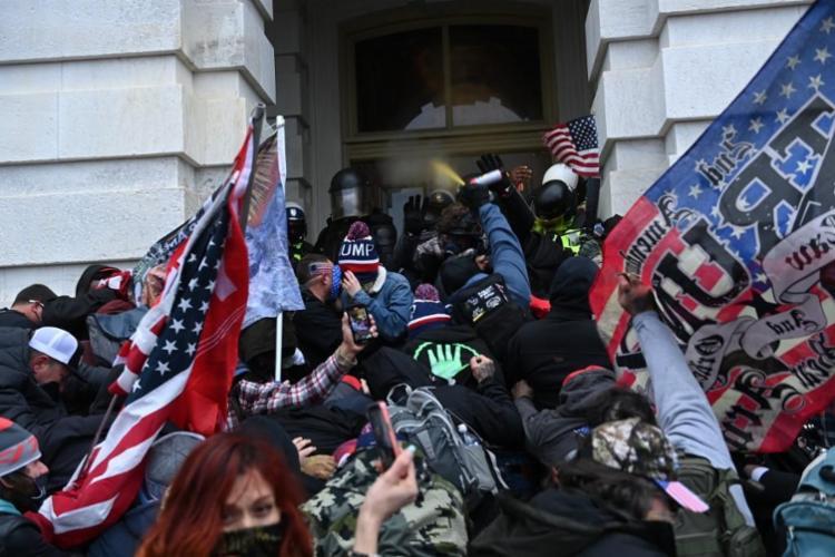 Os invasores queriam impedir a confirmação da vitória de Biden - Foto: Saul Loeb | AFP
