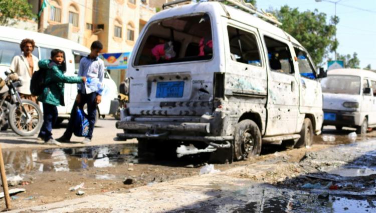 Veículos arruinados perto de um sala de festas onde um projétil explodiu em Hodeida, no Iêmen, em 2 de janeiro de 2021 | Foto: AFP - Foto: AFP
