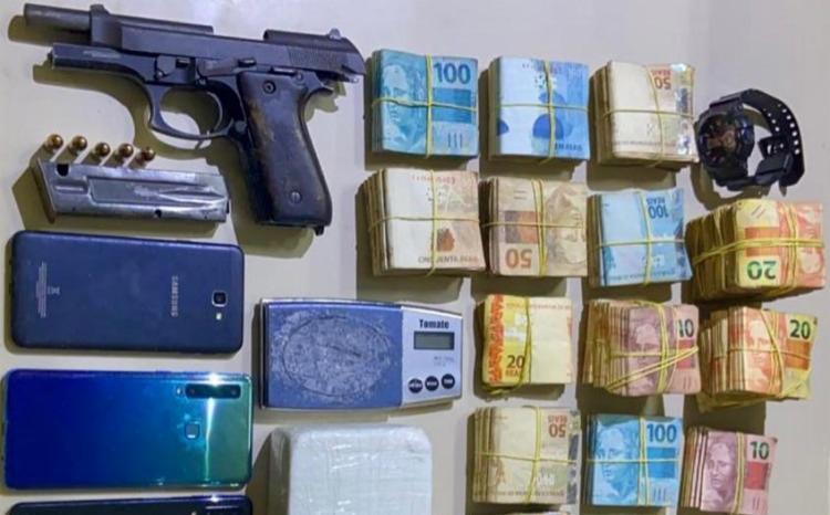 Com o homem, foram apreendidos R$ 63 mil em espécie, uma pistola, cocaína e um veículo | Foto: Divulgação | SSP-BA - Foto: Divulgação | SSP-BA