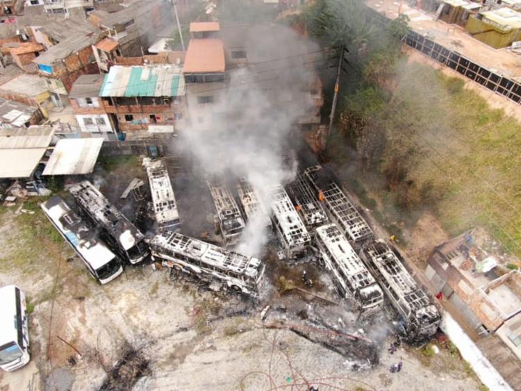 Doze ônibus da empresa foram destruídos pelo fogo | Foto: Ascom | CBM-BA - Foto: Ascom | CBM-BA