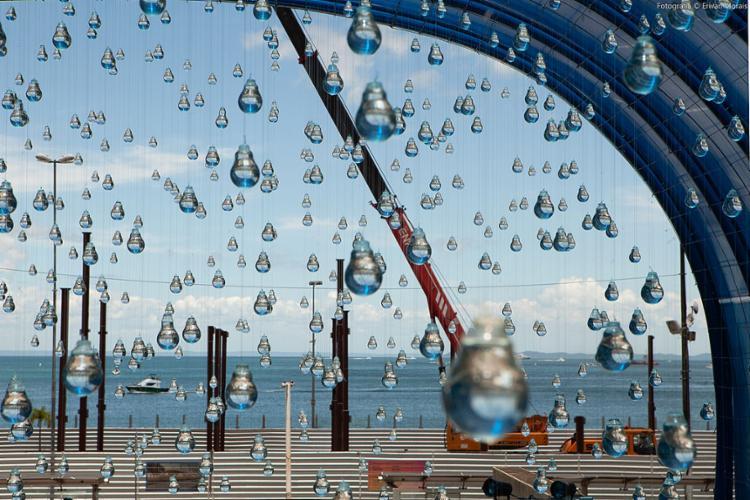 A instalação Lágrimas, de Vinícius S. A., traz à Rua da Grécia lâmpadas cheias de água que simulam uma chuva suspensa no ar   Foto: Erivan Morais   Divulgação - Foto: Erivan Morais   Divulgação