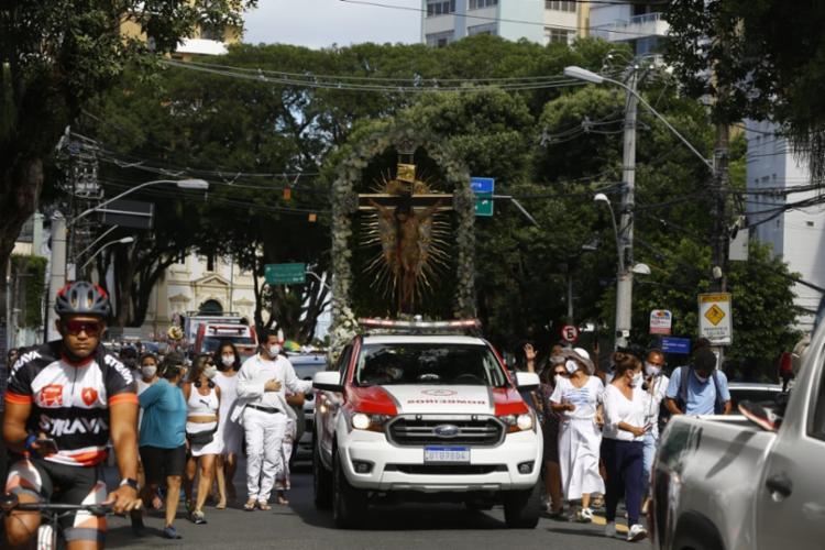 Alguns poucos fiéis acompanharam deslocamento da imagem do Senhor do Bonfim pelas ruas da capital - Foto: Foto: Rafael Martins/ Ag: A TARDE
