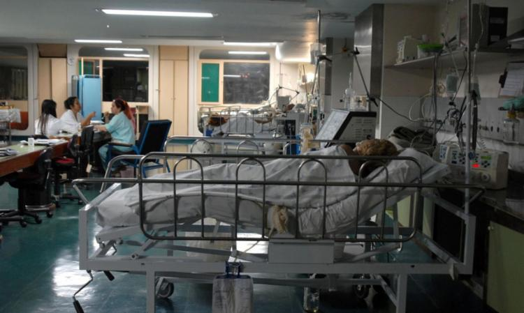 """Pacientes estão sendo """"ambuzados"""", ou seja, recebendo oxigenação de forma manual - Foto: Marcello Casal Jr.   Agência Brasil"""