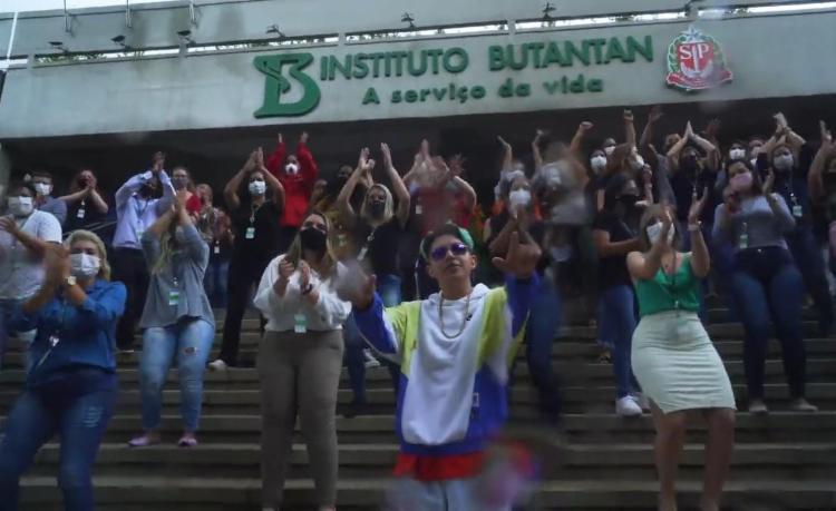 Clipe foi gravado na sede do Instituto Butantan | Foto: Reprodução | YouTube - Foto: Reprodução | YouTube