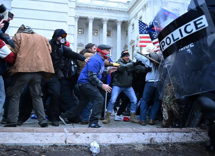 Por conta dos manifestantes, as portas do Capitólio foram trancadas e um alerta de emergência acionado | Foto: Brendan Smialowski | AFP - Foto: Brendan Smialowski | AFP