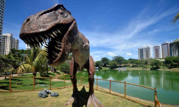 Réplicas de dinossauros em tamanho real foram instaladas no entorno da lagoa, que fica em área de Mata Atlântica | Foto: Jefferson Peixoto | Secom PMS - Foto: Jefferson Peixoto | Secom PMS