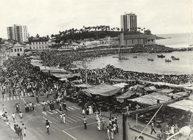 Os presentes são oferecidos anualmente à Rainha do Mar | Foto: Arquivo A TARDE | 3.2.1976 - Foto: Arquivo A TARDE | 3.2.1976