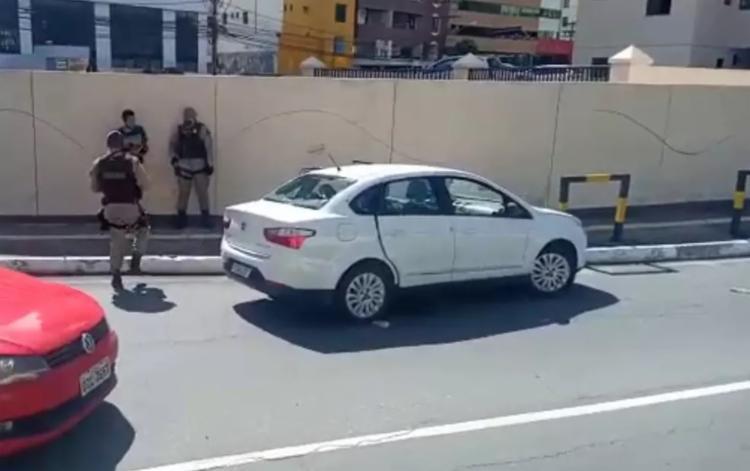 Homens roubaram um carro no bairro do Costa Azul, vizinho ao Stiep | Foto: Reprodução | Redes Sociais - Foto: Reprodução | Redes Sociais