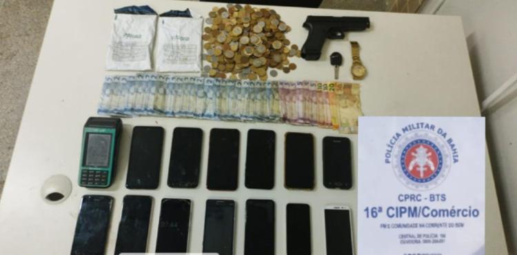 PMs encontraram uma arma de brinquedo, 13 celulares, uma máquina de cartão e dinheiro | Foto: Divulgação | SSP - Foto: Divulgação | SSP