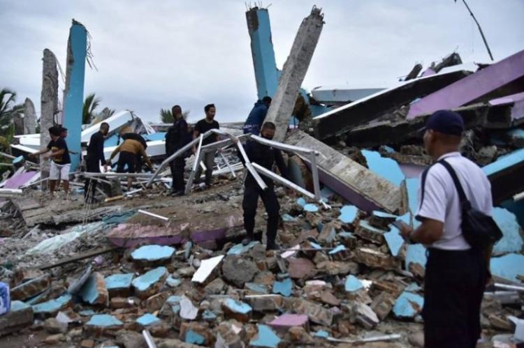 A agência meteorológica do país fez alerta para o riscos de tremores secundários e tsunami | Foto: Mamuju Firdaus | AFP - Foto: Mamuju Firdaus | AFP