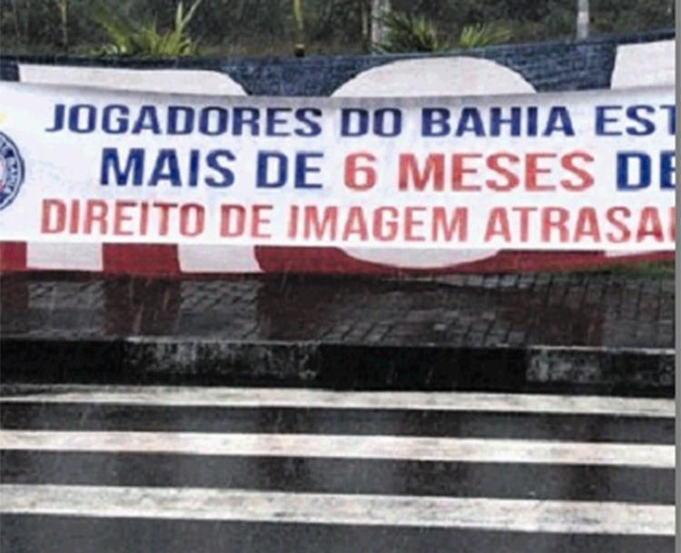 Enquanto a Bamor estava em reunião, a Terror Tricolor exibia faixas na porta do CT Evaristo de Macedo   Foto: Reprodução   Twitter - Foto: Reprodução   Twitter