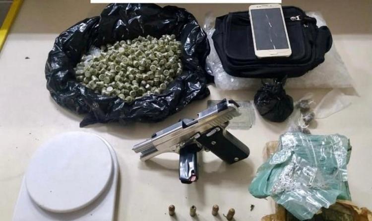 Policiais apreenderam uma pistola calibre 40, carregador, munições, dois tabletes e 437 porções de maconha, uma balança e um celular | Foto: Divulgação | SSP-BA - Foto: Divulgação | SSP-BA