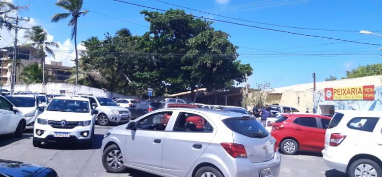 Com carros sem espaço para passar, o caos tomou conta do trânsito em Lauro de Freitas - Foto: Foto leitor A TARDE