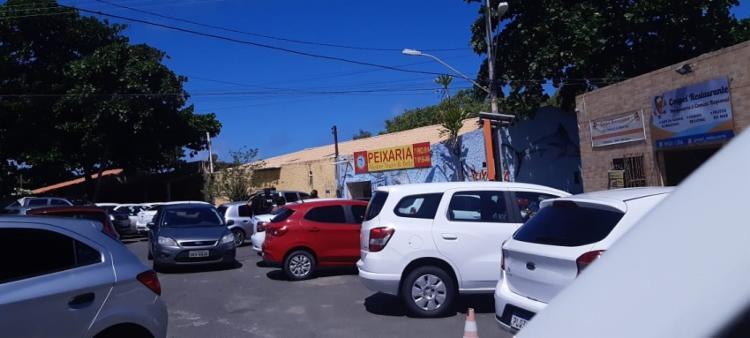 Motoristas param dos dois lados da pista em Buraquinho