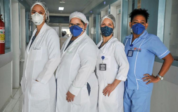 Profissionais da saúde que atuam no combate à pandemia integram o primeiro grupo que recebe a vacina contra a Covid-19 na capital | Foto: Felipe Iruatã l Ag. A TARDE - Foto: Felipe Iruatã l Ag. A TARDE