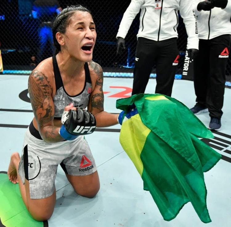 O triunfo foi um alívio para a brasileira que vinha de três derrotas consecutivas | Foto: Divulgação | UFC Brasil