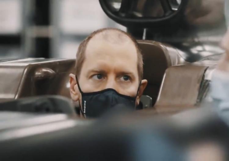 O piloto alemão apareceu bastante calvo durante testagem do cockpit da Aston Martin   Foto: Reprodução - Foto: Reprodução
