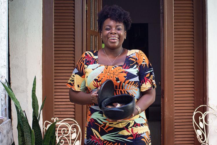 Virgínia acompanhava o fazer culinário das mulheres da família e abriu negócio na casa onde mora com a mãe | Foto: Moisés A. Neuma | Agência Mural - Foto: Moisés A. Neuma | Agência Mural