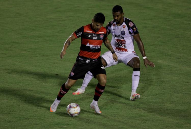 O atacante Leo Ceará até que tentou, mas dessa vez passou em branco - Foto: Uendel Galter / Ag. A TARDE