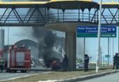Carro pega fogo na Av. Paralela | Foto: Reprodução | Cidadão Repórter via Whatsapp