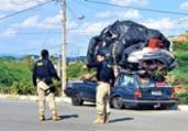 Carro é flagrado com carga irregular no teto do carro | Divulgação | PRF