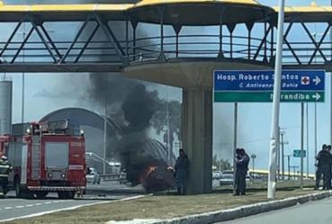 Carro pega fogo na Av. Paralela | Reprodução | Cidadão Repórter via Whatsapp
