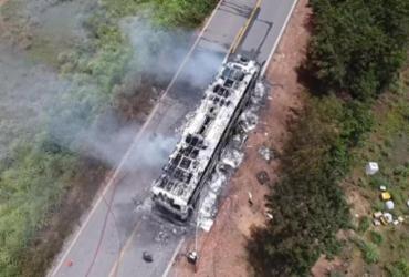 Ônibus interestadual pega fogo na BR-135   Divulgação   CBMBA