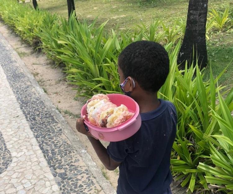 Na ação, uma criança de 7 anos foi encontrada vendendo cocada enquanto os pais estavam sentados consumindo bebida alcoólica   Foto: Divulgação   SRT - Foto: Divulgação   SRT