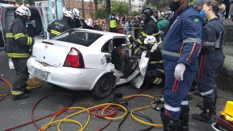 Quatro pessoas estavam no veículo, e três delas ficaram presas às ferragens I Foto: Divulgação I Corpo de Bombeiros da Bahia - Foto: Divulgação I Corpo de Bombeiros da Bahia
