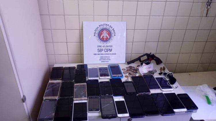 Os aparelhos foram encontrados com o assaltante durante a Operação Amanhecer Seguro | Foto: Divulgação | SSP-BA - Foto: Divulgação | SSP-BA