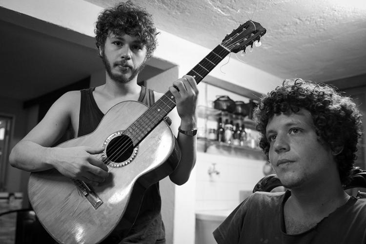 João Mantuano (à esquerda, com o violão) e Chico Chico: dupla afinada desde que eram crianças | Foto: Gabriel Bittencourt | Divulgação - Foto: Gabriel Bittencourt | Divulgação