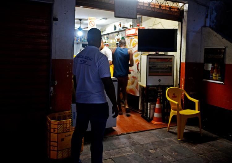 Boteco em frente ao Colégio Manoel Devoto estava de portas abertas após as 18h | Foto: Shirley Stolze | Ag. A TARDE - Foto: Shirley Stolze | Ag. A TARDE