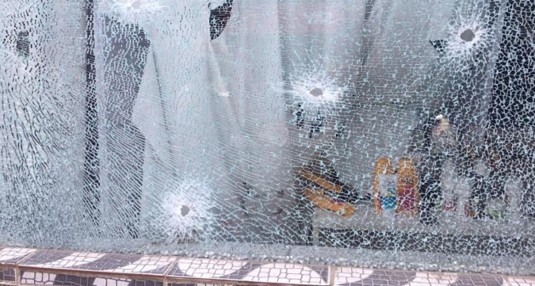 Vidraça de loja na rua principal foi alvo de diversos disparos | Foto: Reprodução | Cidadão Repórter