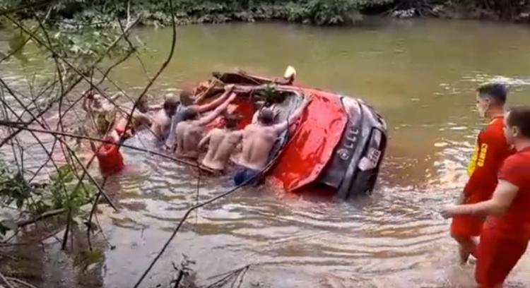 Carro caiu em rio após acidente | Foto: Divulgação - Foto: Divulgação
