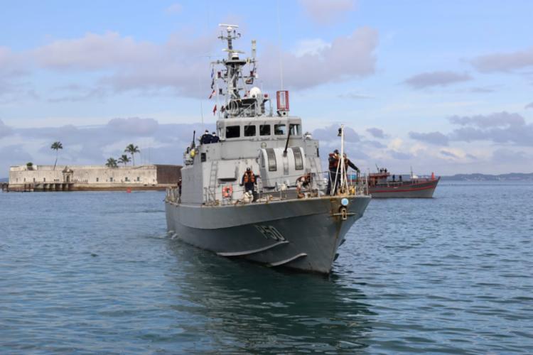 A embarcação, com tripulação de seis pessoas, transportava uma carga suspeita de milhares de caixas de cigarro. Foto: Divulgação | Marinha - Foto: Marinha