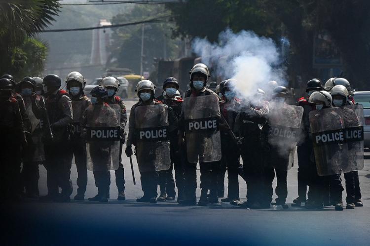 A polícia também usou bombas de efeito moral para dispersar manifestação | Foto: Ye Aung THU | AFP - Foto: Ye Aung THU | AFP