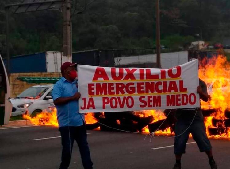 Grupos queimaram pneus em vias e expuseram cartazes pedindo a volta do auxílio | Foto: Divulgação | MTST - Foto: Divulgação | MTST