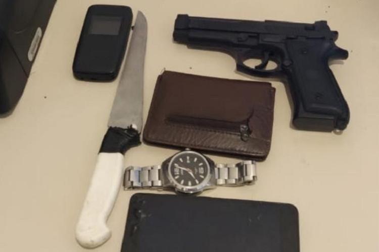 Com o suspeito, foram encontrados um revólver marca Taurus, calibre 32, com cinco munições, dois aparelhos celulares | Foto: Divulgação | SSP-BA - Foto: Divulgação | SSP-BA
