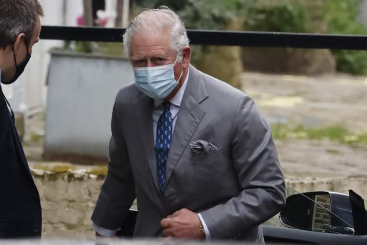 Herdeiro do trono permaneceu cerca de 30 minutos no Hospital Edward VII, aonde chegou com uma máscara cirúrgica no rosto - Foto: Tolga Akmen | AFP