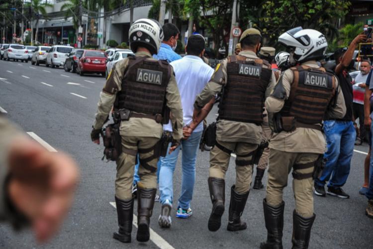 Imagens mostram o manifestante sendo imobilizado pelos policias   Foto: Felipe Iruatã   Ag A TARDE